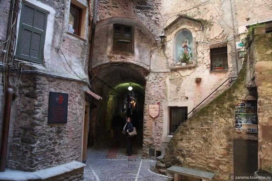 Крохотные площади и узкие улочки средневекового селения Дольчеаккуа.