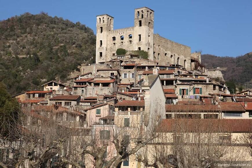 Дольчеаккуа ... средневековый замок семейства Дория.