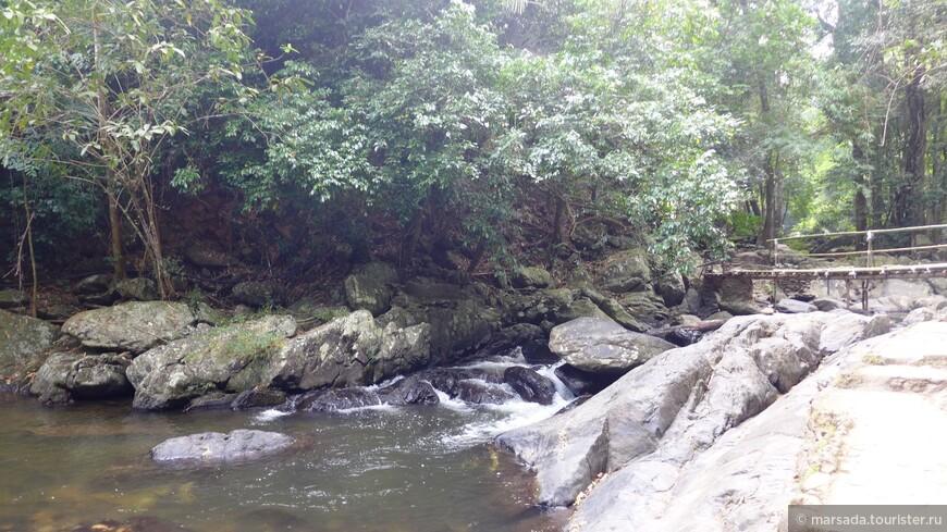 Дорога к водопаду ой какая непростая. Хорошо, если в начале, до первого порога, перекинуты вот такие мостики. Дальше можно топать лишь по джунглям и руслу горной реки, по скользским камням и лианам...