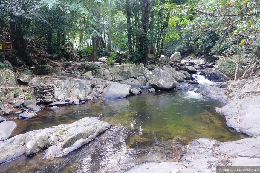 Вообще этот водопад  больше напоминает бурную реку с высокими порогами и перекатами.