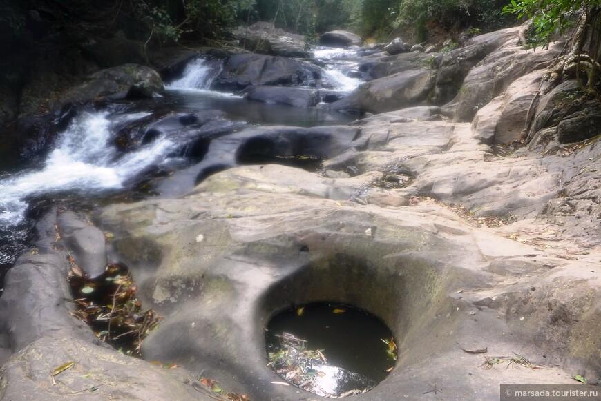 Кстати, самая верхняя ступень водопада находится у границы с Бирмой.