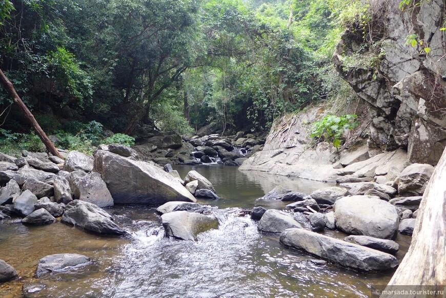 Купаться и кормить рыбу можно на всех уровнях водопада. При купание нужно  учесть, что камни в воде очень скользкие, особо не походишь, а поплавать вполне можно.