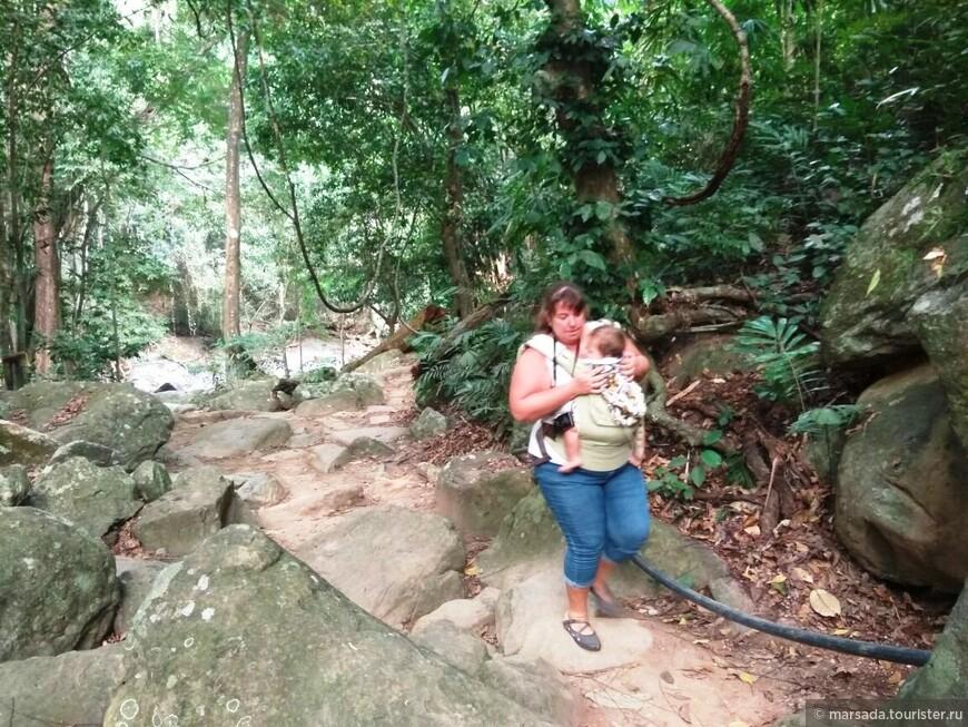 Вдоль течения речи проложены дорожки, возведены бамбуковые мостики, беседки и лавочки для отдыха. В некоторых местах реку приходится переходить вброд