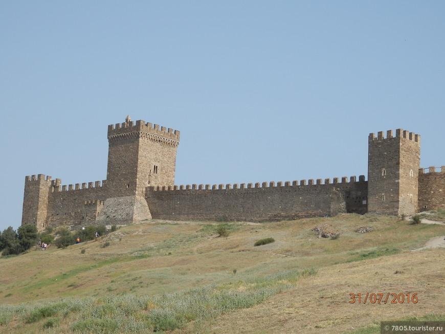 Судакская крепость огромна и по периметру , и по высоте