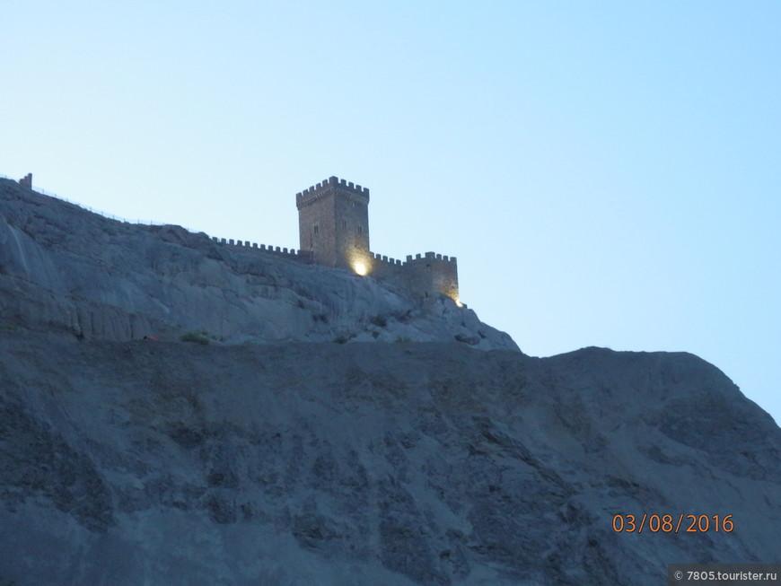 Крепость вечером и ночью подсвечивается