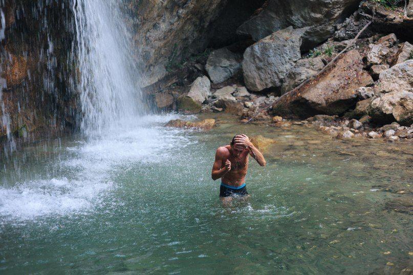 купание под водопадами бодрит и наполняет силами