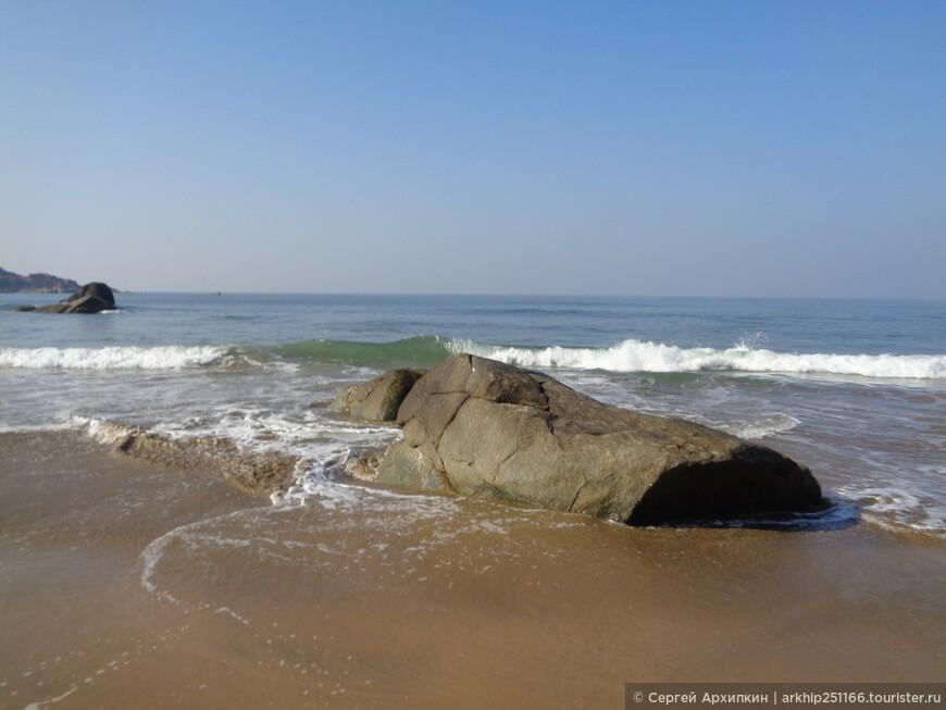 Редко - но встречаются - куски скал, но они не мешают купаться