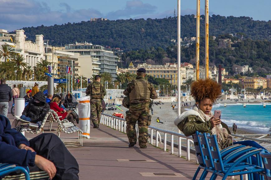 После терракта по  набережной постоянно ходят вооруженные люди(то ли солдаты ,то ли полиция).