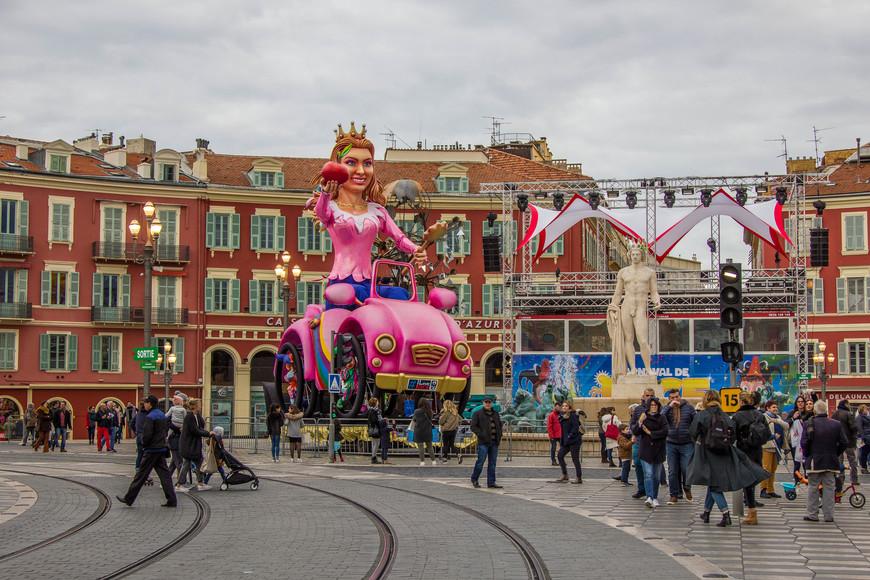 Площадь Массена . Карнавальные фигуры изменили облик площади.