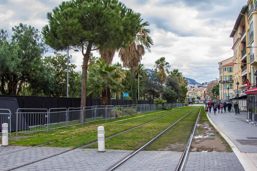 На этом фото проводов для трамвая нет.Я и не видел этого.Прочитав рассказ о Ницце у Maksim Starostin -участника Туристера-стал изучать фото.Растяжки появляются в конце забора.