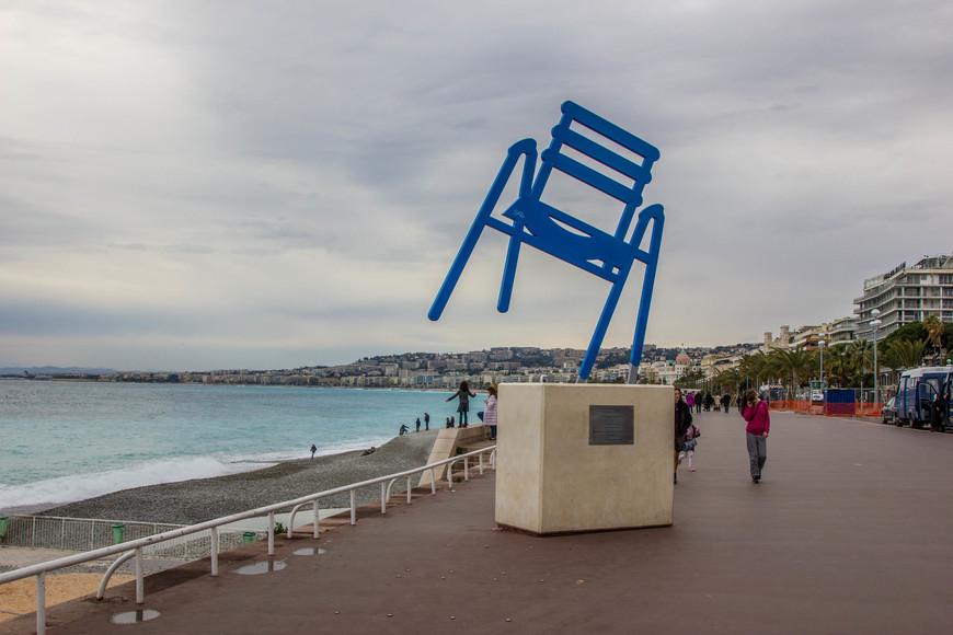 Синий стул -памятник на Английской набережной.
