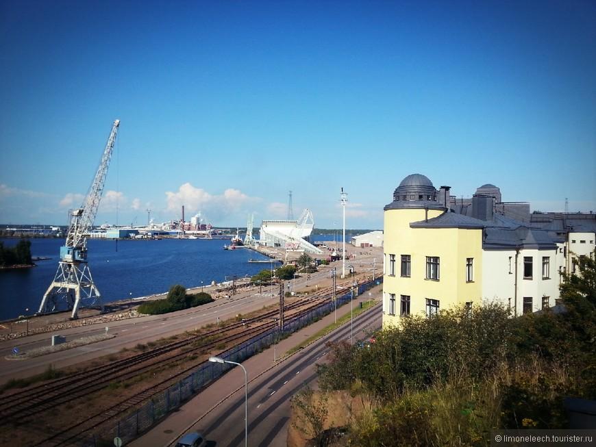 Со смотровой площадки открывается чудесный вид на залив и порт.