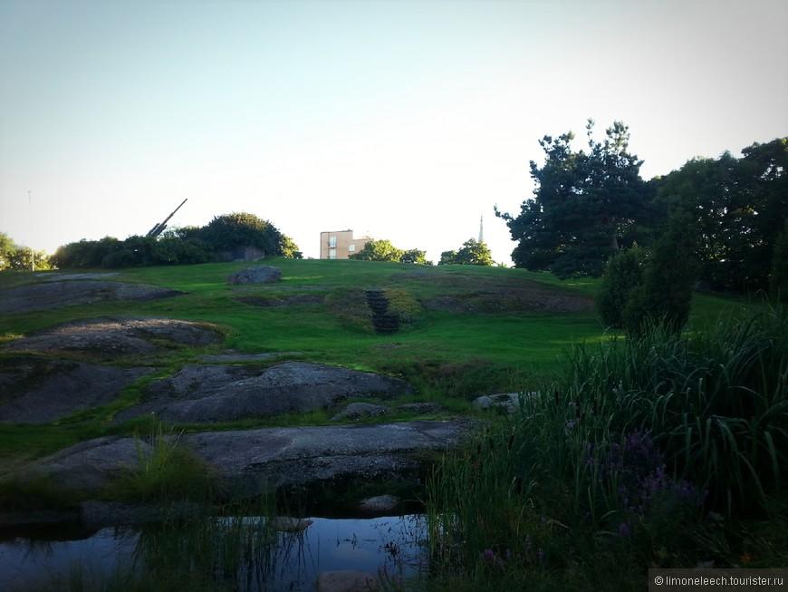 Парк «Горы пожарной вышки» или Парк на горе пожарной каланчи. Как вам больше нравится?  Пожарной каланчи нет, она сгорела в начале 20 века. Как подсказывает путеводитель, зенитка установлена в память  героям противовоздушной обороны 1939–1944 гг.