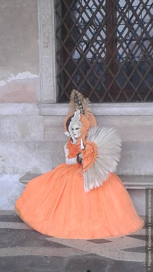 Прекрасная дама у Дворца Дожей. Сколько вкуса, выдумки и размышлений несет этот прекрасный костюм.