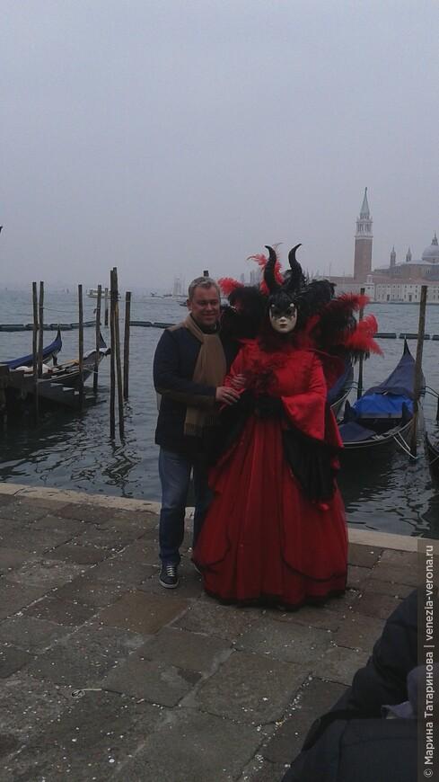 Ну как удержаться от фото с дьяволицей в Венеции?