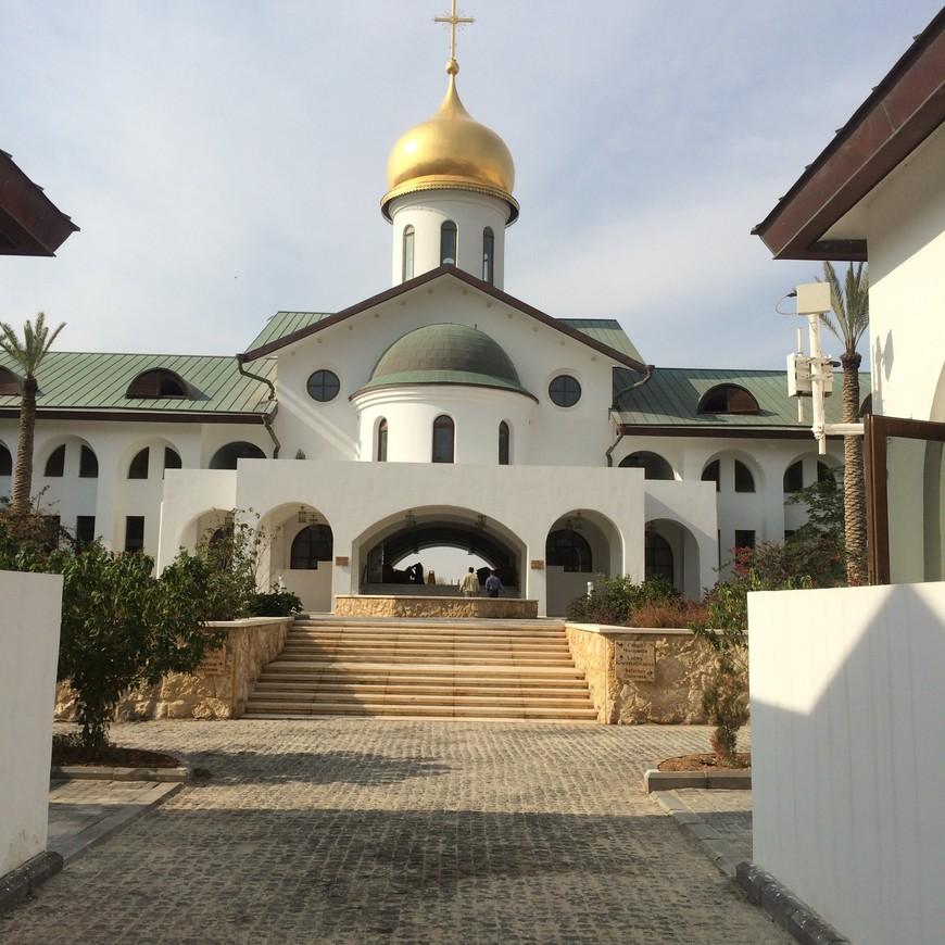Это Русская церковь на реке Иордан.Обычно я предлагаю своим туристам окунуться в реку через нее