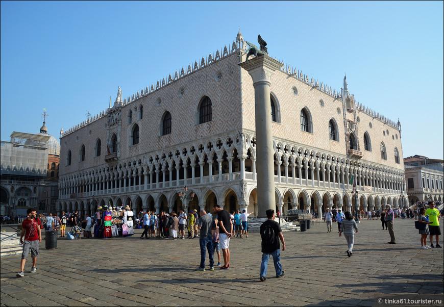 Дворец Дожей - гигантский дворцовый комплекс времен величия Венецианской Республики. В свой первый приезд в Венецию я побывала внутри дворца  на экскурсии и помню. была поражена его  роскошным убранством.