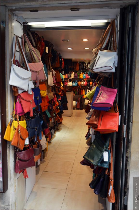 А в переулках, отходящих от площади Святого Марка  можно найти массу  интересных вариантов для шоппинга. Кожаные сумочки всех цветов и размеров по приемлемым ценам. Пройти мимо совершенно невозможно.