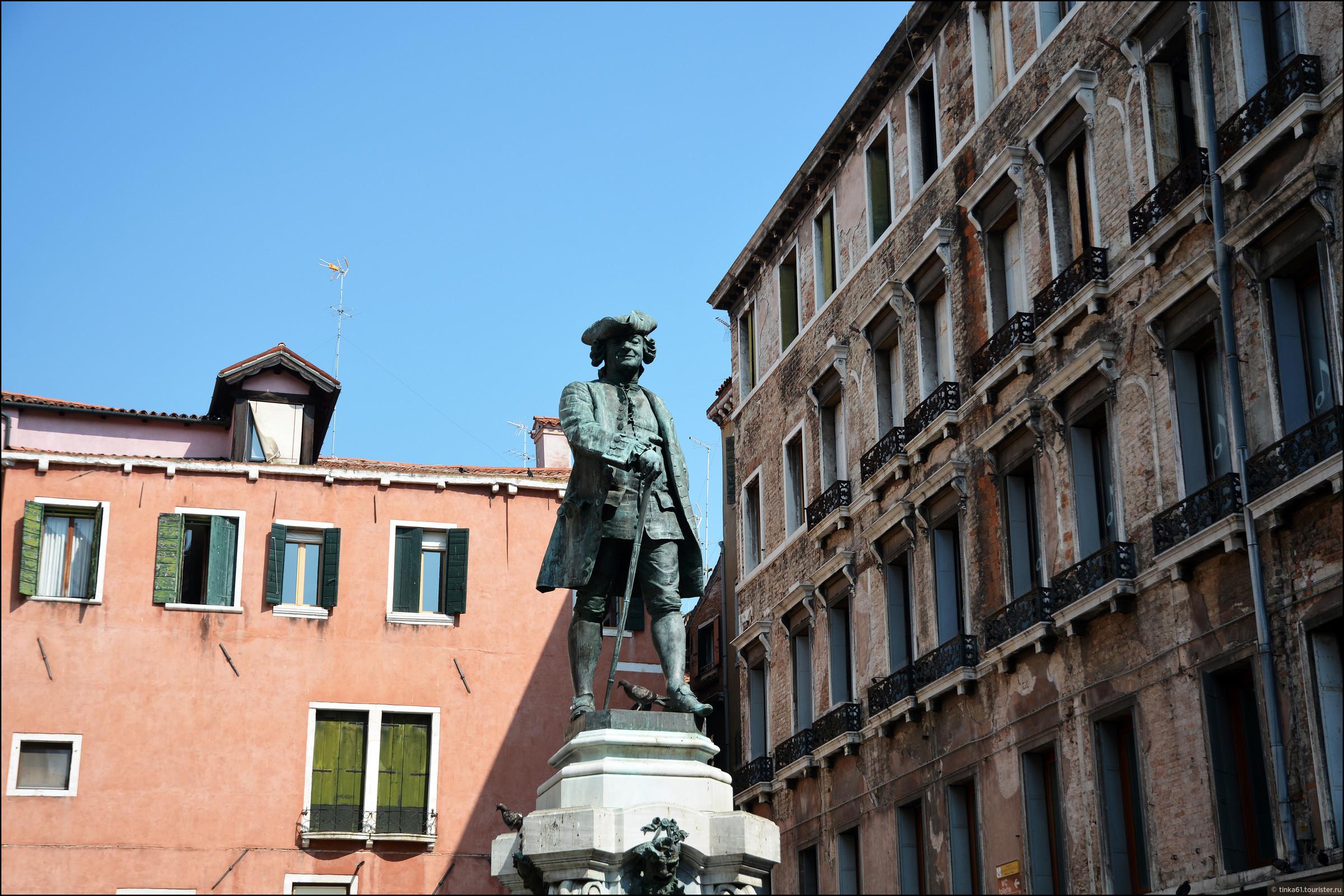 На площади Гольдони. Народищу там было столько, что пришлось фотографировать в  обрезанном варианте., Венеция. Земля