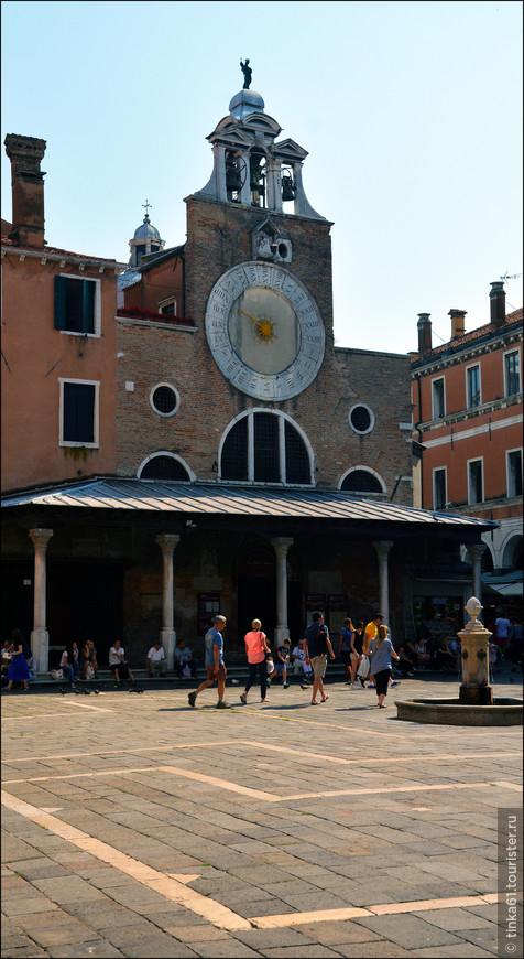 Церковь Сан-Джакомо ди Риальто. 12 век, необычный фасад с часами.