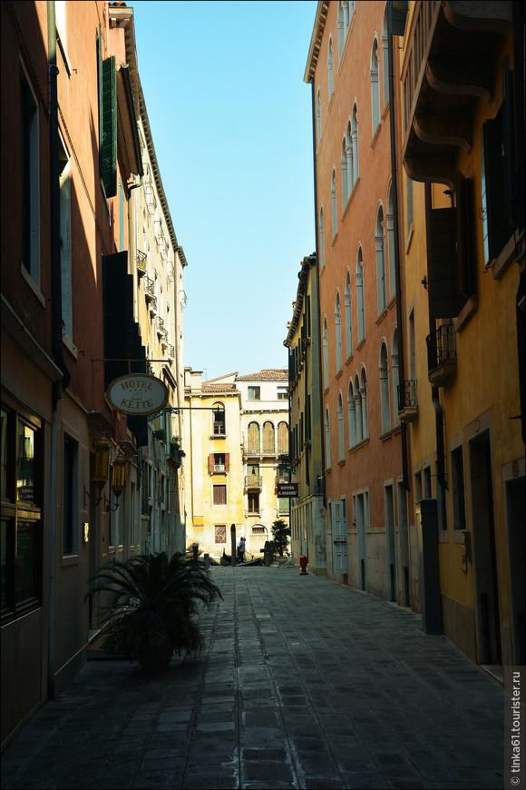 Если сворачивать с главных туристических артерий, то можно увидеть совершенно безлюдные переулки и дворики.
