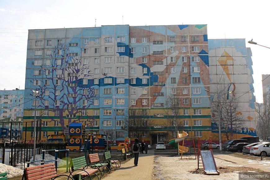 Из расспросов местных жителей выяснили, что дома были расписаны лет 7 назад. Сейчас краски подвыцвели, но в целом роспись неплохо сохранилась.