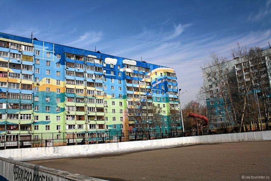 Расписные дома стоят на улице Чугунова. Роспись только со стороны двора. Фасады, выходящие на улицу, лишь немного расцвечены.