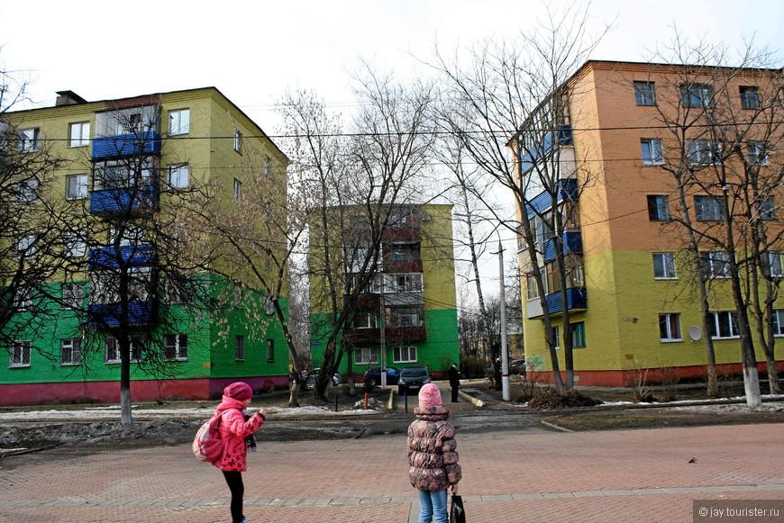 Тут раскраска домов незамысловатая, но улицу оживляет