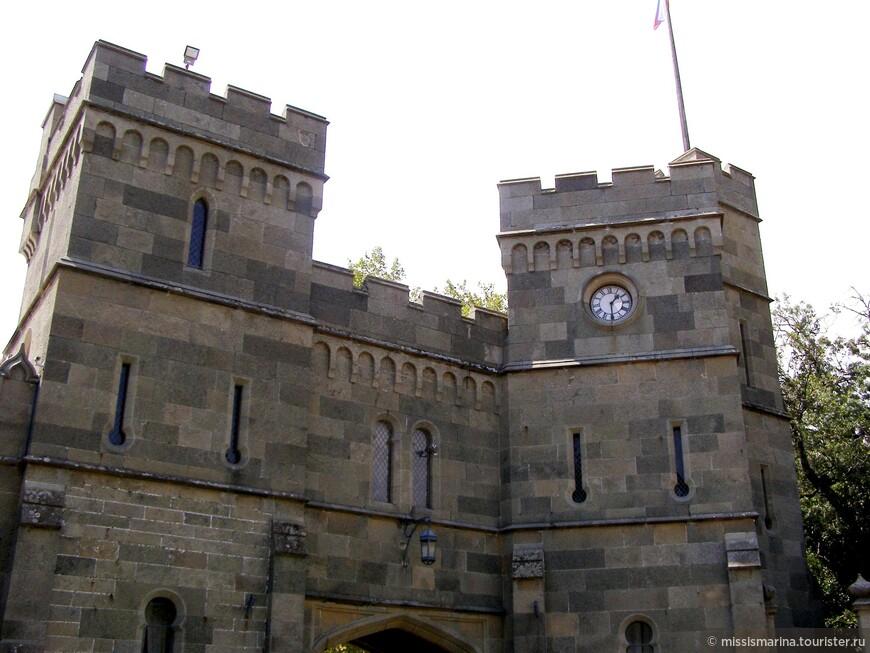 Воронцовский дворец Алупки выдержан в стиле Тюдор,  популярном в Англии XVI века. Но учитывая, что в Крыму еще чувствовалось турецкое влияние, то южные ворота в противовес северным сделаны в восточном индо-мавританском стиле.