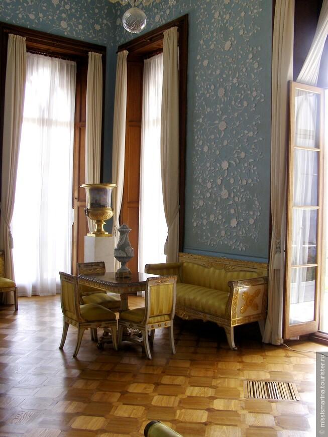 Прекрасна голубая гостиная, стены которой украшены лепными розами