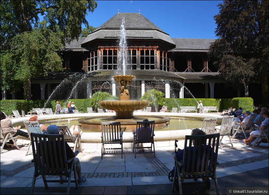 Отдыхающие в  парке Рупертуспарк. Вода в фонтане непростая, а термальная.