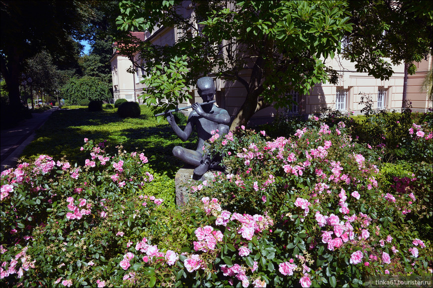 Повсюду цветы, фонтаны, скульптуры.