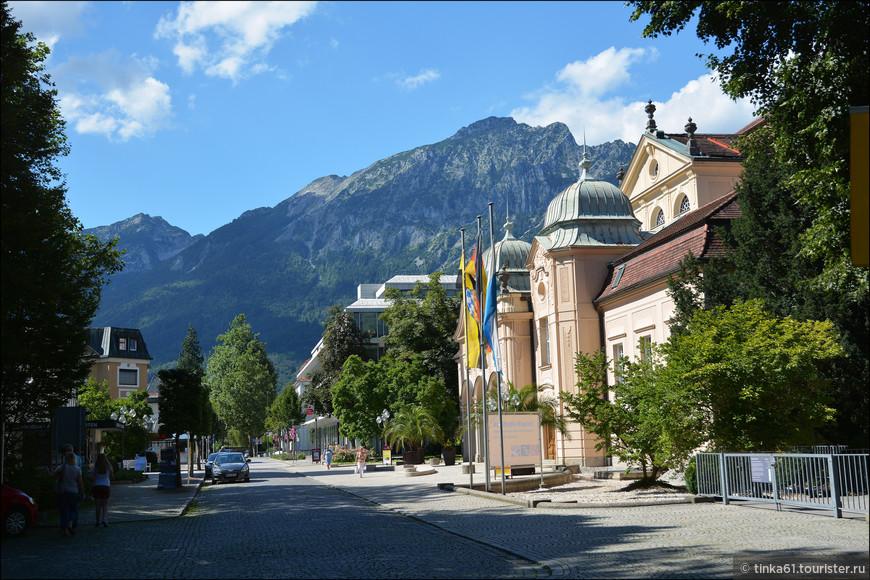 Городок  смотрится очень живописно в обрамлении зелёных Альп, причём он окружен ими  со всех сторон.