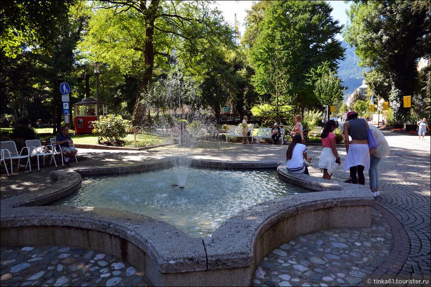 Фонтаны с термальной водой встречаются  в городке буквально на каждом шагу.