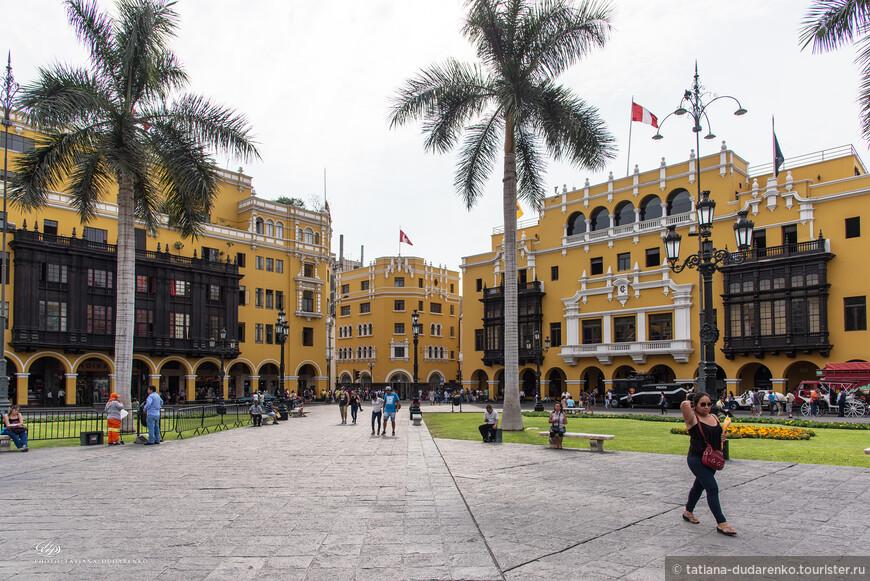 Исторический и культурный центр Лимы — Главная площадь  — Пласа-майор или второе название Площадь оружия, находится на берегу реки Римак, протекающей у подножия самой высокой точки города. Именно с этого места в 1535 году, на землях коренного народа Инкской империи, началось строительство Города Королей, столицы вице-королевства Испании.