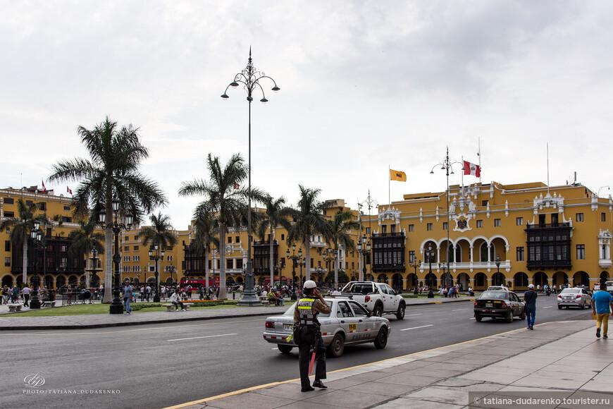 Главна площадь Лимы находится в окружении самых выдающихся зданий столицы :Кафедральный собор, Дворец Правительства, Дворец Архиепископа, Дворец мэрии и Клуба Союза.