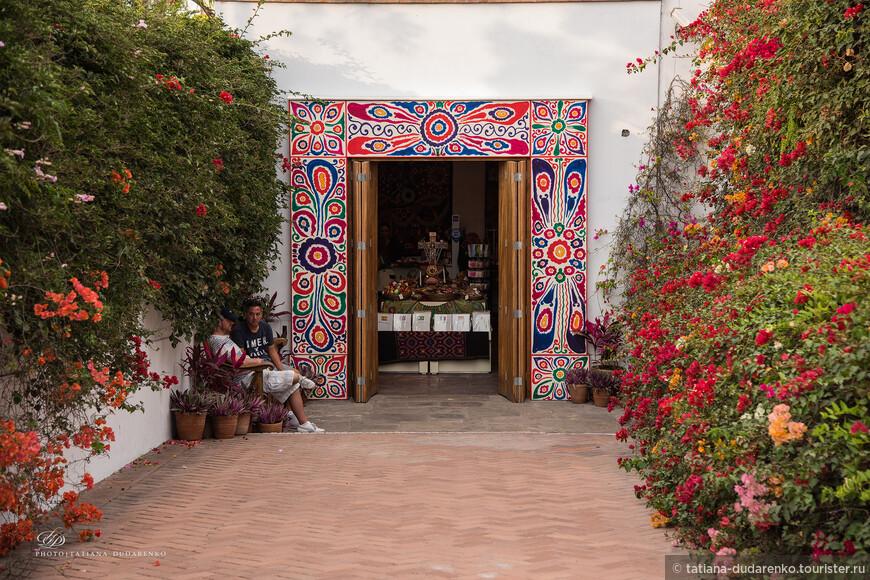 Основанный в 1926, музей Ларко демонстрирует замечательную хронологическую галерею, предоставляющую великолепный обзор 3000- летнего развития Перу доколумбовой истории. Музей расположен в уникальном вице-королевском особняке 18 века, построенном на доколумбовой пирамиде 7-го века, и окруженном красивыми садами