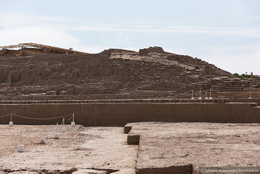 Прямо среди городских кварталов ведутся раскопки. Зачастую древние строения находят при начале современного строительства.