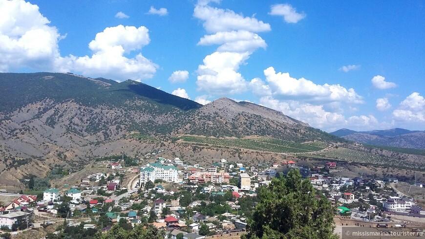 Вот так выглядит Судак с высоты Крепостной горы.