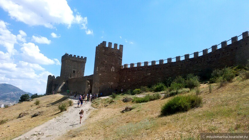 Почти все архитектурные объекты, сохранившиеся на территории города-крепости на сегодня, построены в период присутствия генуэзцев (1365–1475). Общая длина крепости составляет около двух километров.