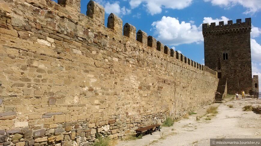 Стена укреплена четырнадцатью боевыми 15-метровыми башнями и комплексом Главных ворот. Верхний ярус состоит из Консульского замка и башен, соединенных стеной, а также комплекса Дозорной башни на самой вершине.