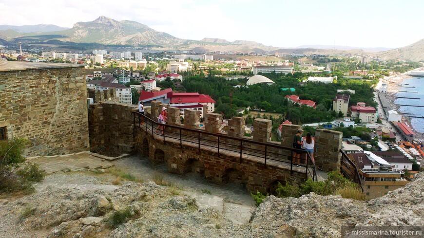С наивысшей точки крепости – Дозорной башни – открываются потрясающие виды на Судакскую бухту. Высота здесь примерно 160 метров над уровнем моря.