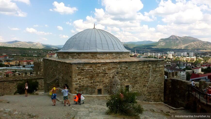 На территории крепости есть Мечеть Падишах-Джами. Выглядит она как  двухъярусное трехстенное сооружение с зубцами, в стенах которого в два  яруса расположены щелеподобные бойницы.