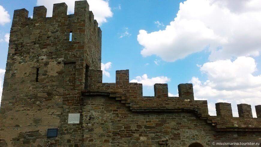 Каждая башня называлась именем консула, при котором её построили, об этом говорят сохранившиеся на некоторых башнях закладные плиты с геральдической символикой и надписями на средневековой латыни.