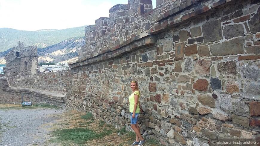 Крепость имеет два яруса обороны.Нижний представляет собой наружную массивную стену высотой 6-8 метров и толщиной 1,5 - 2 метра.