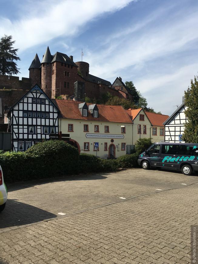 Это город (тысяч 5 жителей) Хаймбах и его знаменитый замок. В замке маленький музей и вполне приличный ресторанчик с местным пивом.