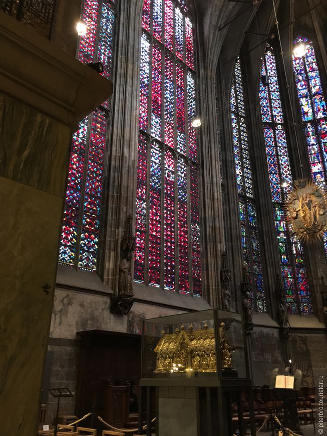 Мощи Карла находятся в знаменитом Ахенском соборе и , хотя бы ради этого собора, в город заехать стоит. До 16 века в соборе короновали императоров Священной Римской империи, последним был Карл V