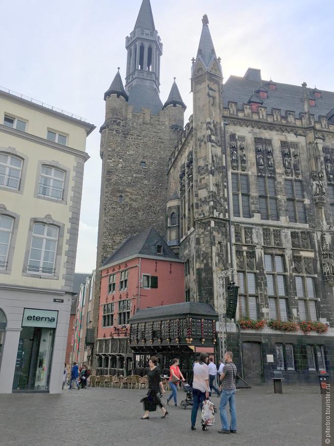 На рыночной площади можно полюбоваться готической ратушей, но и с другой стороны ратуши вид не менее величественный.