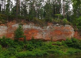 Гвоздичная скала (Neļķu klints). Живописное обнажение красного песчаника высотой 20 м и длиной 300 м.