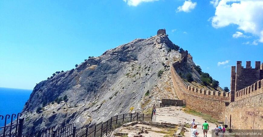 Дозорная или Девичья башня, возвышается над морем у самого обрыва, на самом пике Крепостной горы.Подняться к самой башне довольно опасно, старые вековые ступеньки отполированы временем.